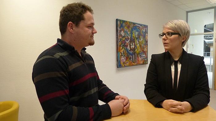 Caterina Reeß im Gespräch mit dem Auszubildenden Marc Christian Walter