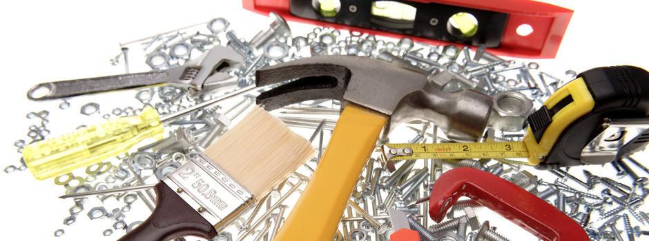 Werkzeuge Hammer Nagel Pinse auf dem Tisch