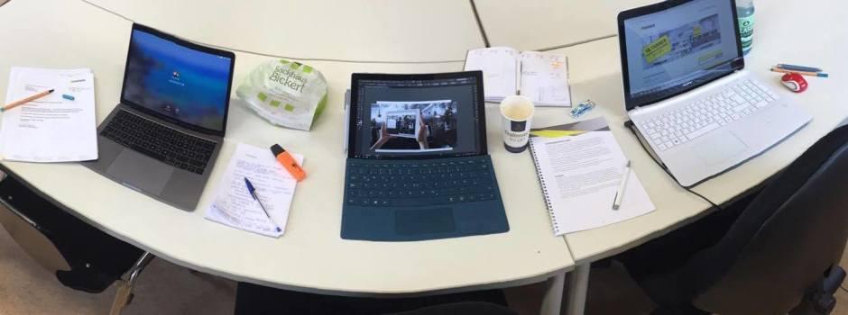 Schreibtische mit Notebooks