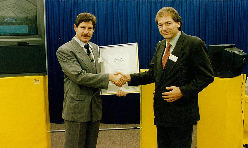 Helmut Tanner nimmt das Zertifikat für die erste ISO-Zertifizierung entgegen
