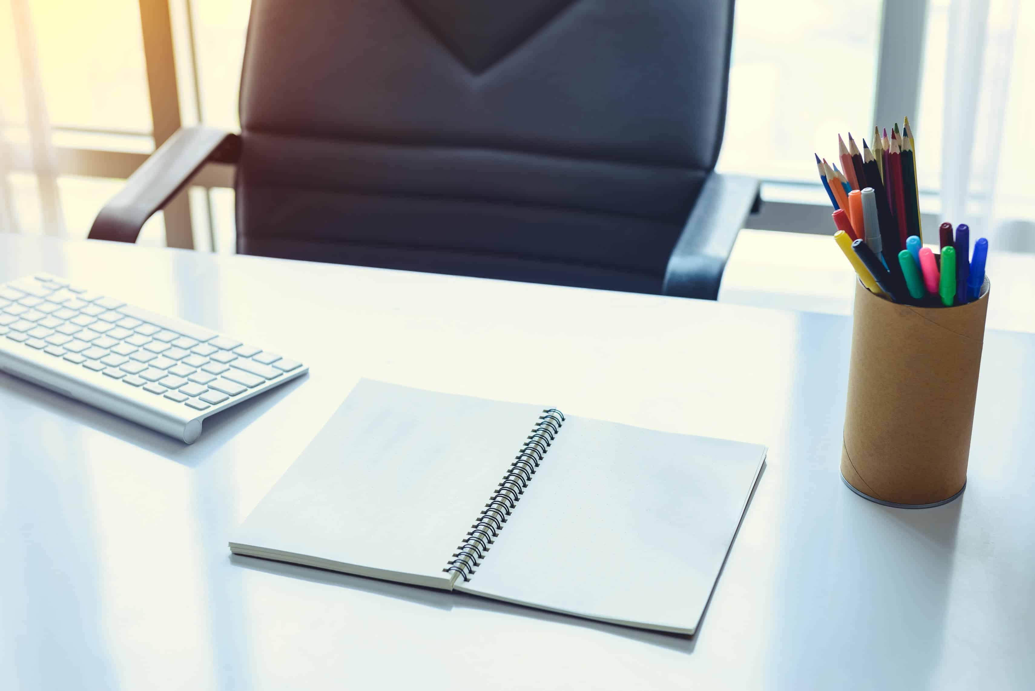 Schreibtisch mit Tastatur und Stiften Karriere