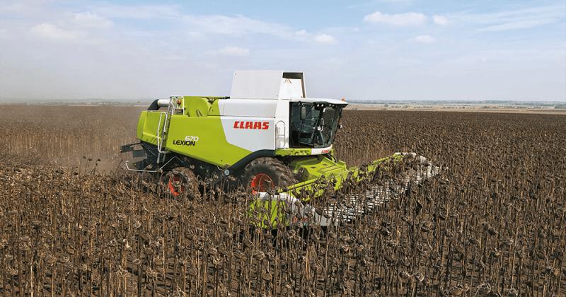 Landmaschine von CLAAS mäht ein Feld