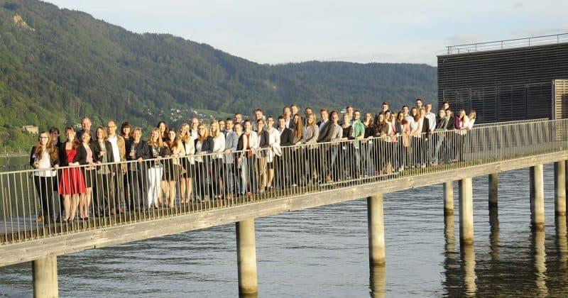 Studierende auf Brücke am Hochschulwettbewerb
