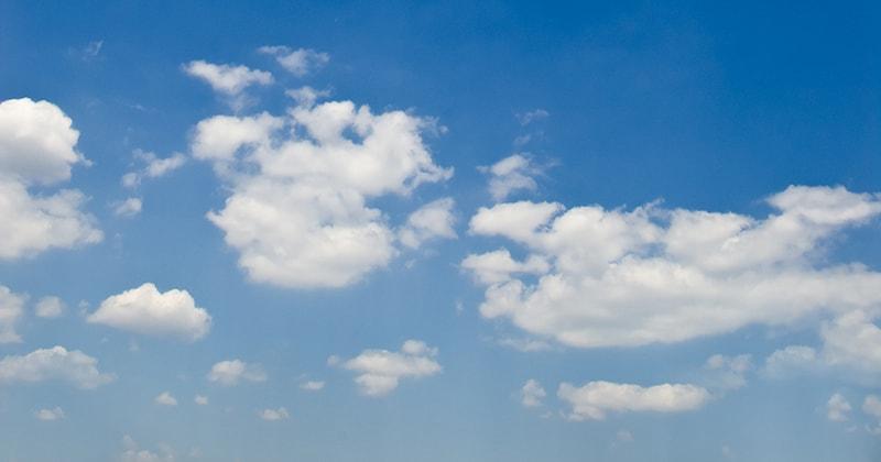 Wolken auf blauem Himmel