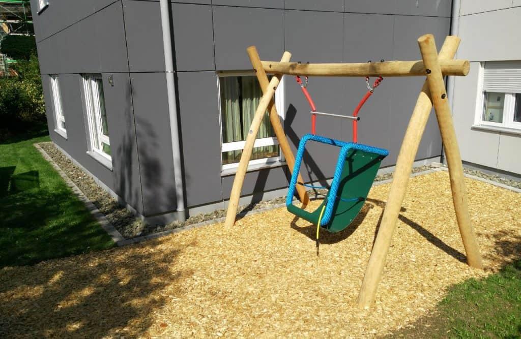 Korbschaukel im Garten der Wohngemeinschaft