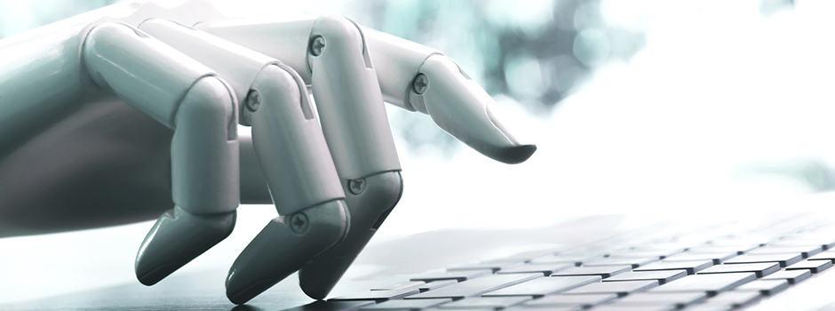 Foto Roboterhand schreibt auf Tastatur