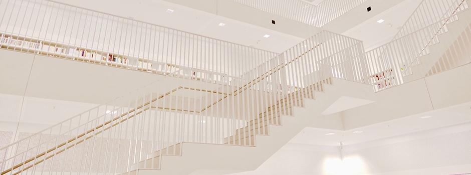 Weißes Treppenhaus
