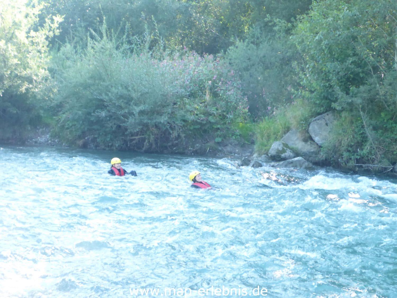 Wildwasserschwimmen in den Stromschnellen der Iller