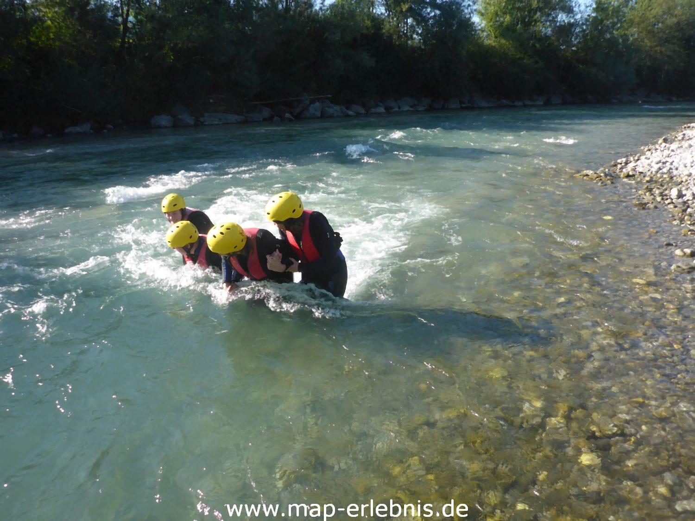 Bei der Flussüberquerung gegen den Strömung kämpfen